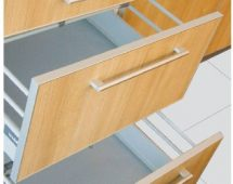 – Kết hợp giữa tấm laminate hoàn thiện với chỉ nhôm định hình. – Cửa có nhiều chiều dày 16mm, 18mm, 19mm. – Chỉ nhôm có độ dày từ 1.5mm kết hợp với tay nắm nhôm tạo sự bảo vệ cứng cáp cho cánh cửa, khắc phục được tình trạng bung chỉ, mẻ cạnh […]