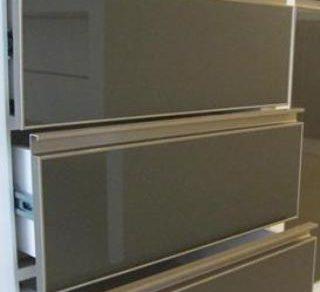 Tay nắm cửa nhôm thì phù hợp với cửa tủ có màu gì? Tay nắm cửa nhôm có tiện sử dụng không? Bài viết dưới đây sẽ trình bày một số mẫu thiết kế để các bạn tham khảo. Tay nắm cửa nhôm là một chi tiết nhỏ có thể xuất hiện trong các thiết […]