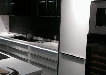 Tay nắm nhôm tủ bếp sẽ giúp tủ bếp nhà bạn sẽ trở nên nổi bật, sang trọng hơn. Nó cũng phản ánh được phong cách của gia chủ, họ là người hiện đại? hay họ là người yêu cổ điển? Dù tủ bếp của bạn dù là tủ gỗ, tủ kính… hãy để những […]